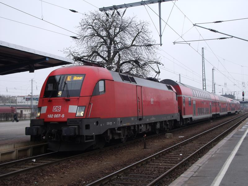 182 007 - mit RegionalExpress-Linie RE 2 - in Cottbus  (4.Apr 2012)